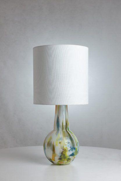 lampa stołowa z białym abazurem - szklany dzbanek