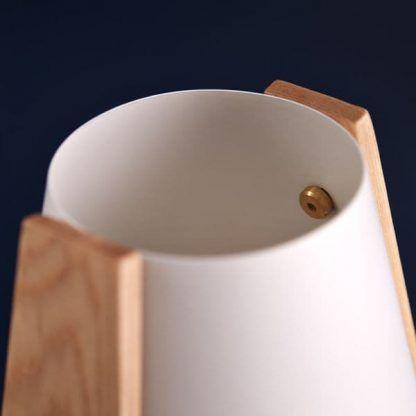 lampa stołowa z białym kloszem drewniana scandi