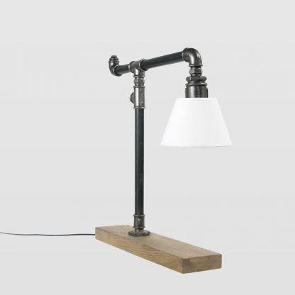 lampa stołowa z białym kloszem - rury stalowe i drewno