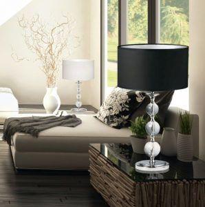 lampa stołowa z czarnym abażurem do drewnianego stolika salon