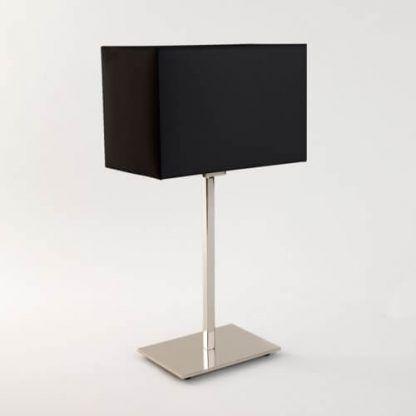 lampa stołowa z czarnym abażurem i polerowaną srebrną podstawą