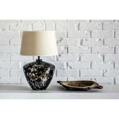 lampa stołowa z kremowym abażurem ceramiczna - ściana z cegły