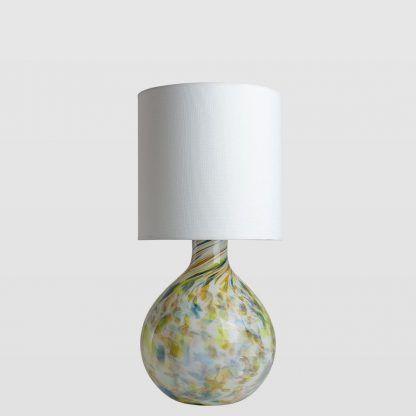 Lampa stołowa z podstawą w cętki z białym abażurem do salonu