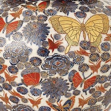 lampa stołowa z porcelany w drobne kwiaty