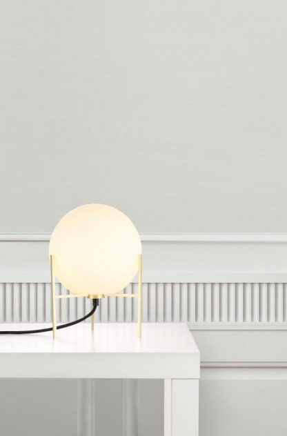Lampa stołowa złota kula w białej aranżacji