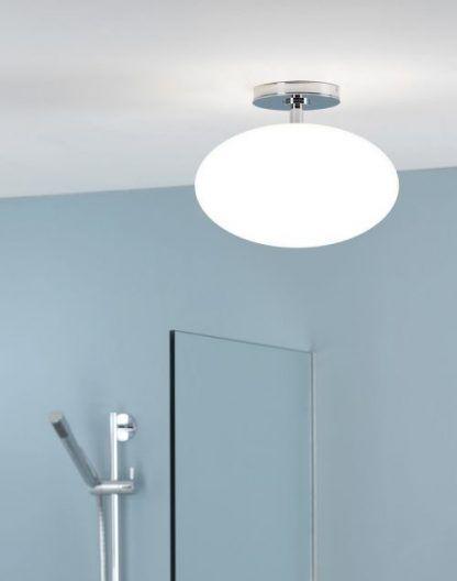 lampa sufitowa szklana kula do niebieskiej łazienki