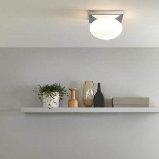 lampa sufitowa z białego szkła aranżacja