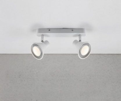 lampa sufitowa z białymi reflektorkami do pokoju dziecka
