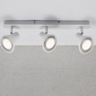 lampa sufitowa z trzema białymi reflektorkami na listwie