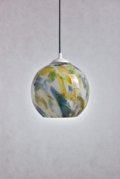 Lampa szklana w cętki w szarej aranżacji ścian
