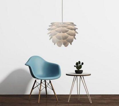 lampa szyszka biała wisząca obok stoliku kawowego