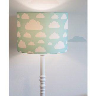 Lampa w białe chmurki na tle jasnej ściany