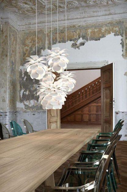 Lampa w kształcie kwiatu do drewnianych wnętrz