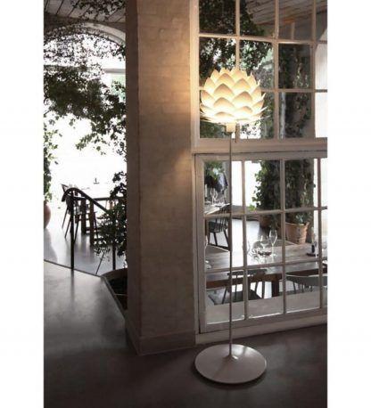 lampa w kształcie szyszki do restauracji hotelu