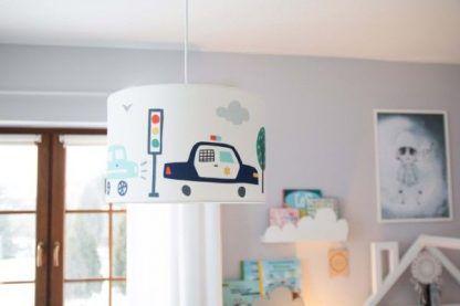 Lampa w samochody w szarym pokoju dziecięcym