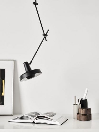 lampa sufitowa wisząca na wysięgniku i ramieniu - czarna