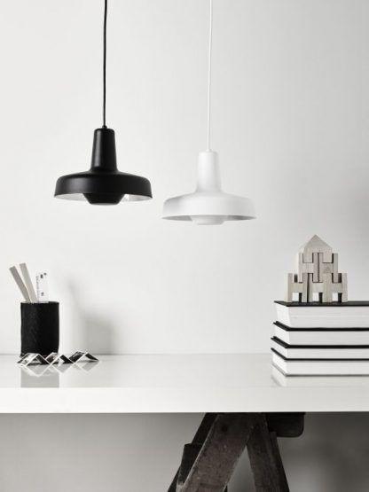 2 lampy wiszące nowoczesne nad białym stołem - czarne