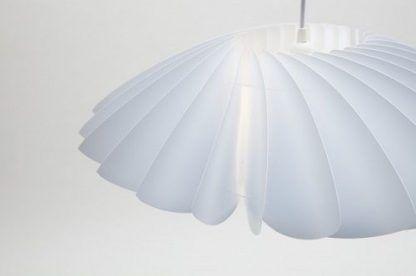 lampa wiszaca biała a biała ściana