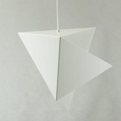 lampa wisząca biała z powyginanej blachy w trójkąty