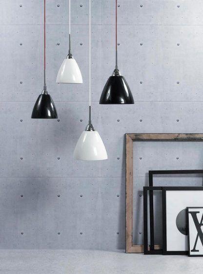 lampa wisząca biel i czerń na szarej ścianie aranżacja
