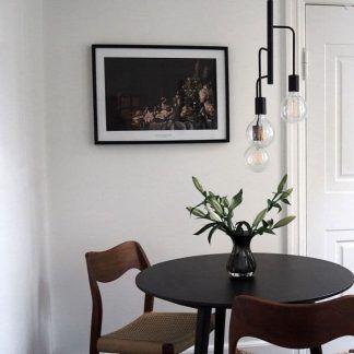 czarna lampa wisząca bez kloszy aranżacja jadalnia
