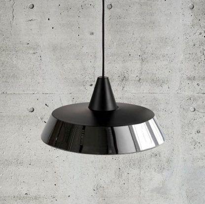 lampa wisząca czarna na tle betonu dekoracyjnego w salonie