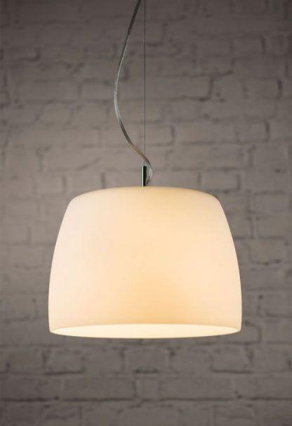 lampa wisząca do białej ściany z cegieł