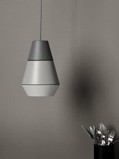lampa wisząca do ciemnej ściany w kuchni