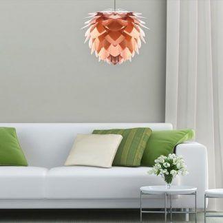 lampa wiszaca do salonu z zielonymi dekoracjami - miedziana