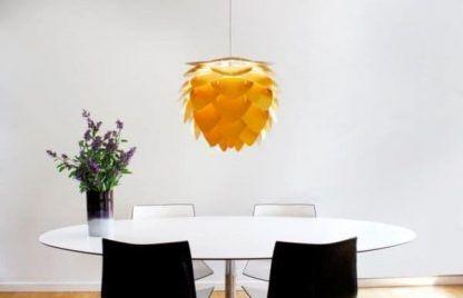 lampa wisząca miodowa nad stołem aranżacja