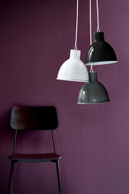 lampa wisząca na fioletowej ścianie aranżacja
