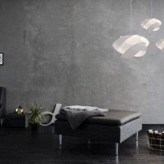 lampa wisząca na szarej ścianie aranżacja salon
