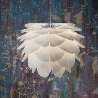 lampa wisząca na tle barwionej ściany