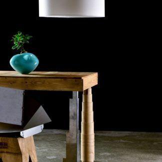 Lampa wisząca nad stołem z białym abażurem w jadalni