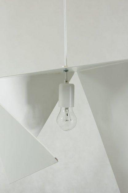 lampa wisząca o dziwnym ciekawym kształcie - biała nowoczesna