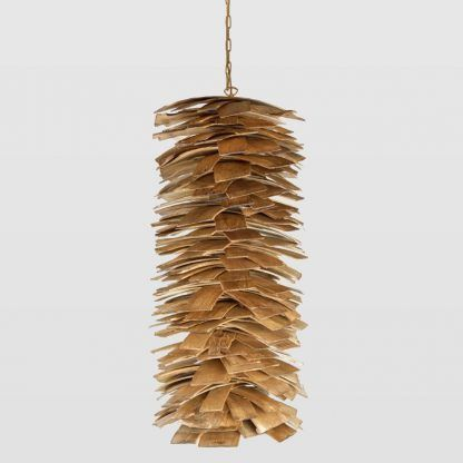lampa wiszaca podobna do szyszki z gontowych listewek drewna