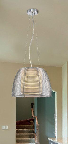 Lampa wisząca srebrna w aranżacjo beżowych ścian i schodów