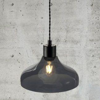 lampa wisząca szklana na betonowej ścianie