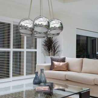 lampa wisząca w salonie - srebrne kule nad stołem