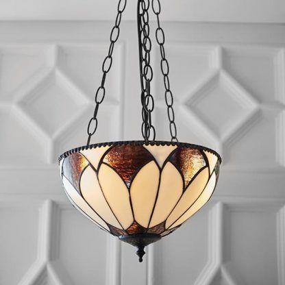 lampa wisząca witrażowa na tle strukturalnej tapety