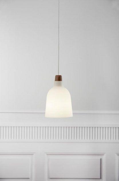 lampa wisząca z białego szkła drewniana końcówka