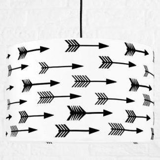 Lampa wisząca z czarnym kablem i biało czarnym abażurem