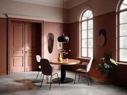 Lampa wisząca z czarnym opływowym kloszem nad stół