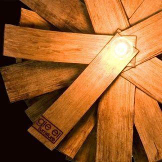 lampa wiszaca z drewnianych listewek i gontu