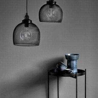 lampa wisząca z siatki na szarej ścianie aranżacja