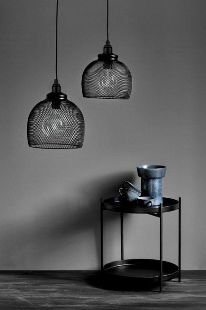 czarna lampa wisząca na ciemnoszarej ścianie aranż