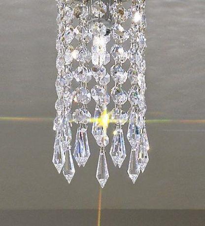 lampa wiszaca ze zwisającymi kryształkami