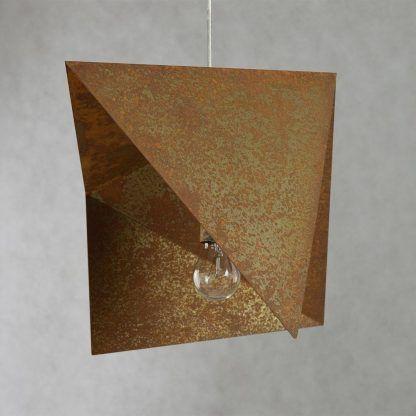 lampa wykonana z blachy - zardzewiała z żarówką ozdobną