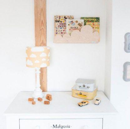Lampa z abażurem w chmurki na tle białej ściany