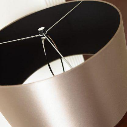 lampa z beżowym abażurem